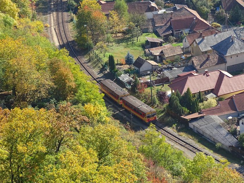Szarvaskő mellett gyönyörű vasútvonal vezet végig, bár a buszjárat mára sokkal gyakrabban közlekedik. Egerből mindegyikkel 15-25 perc alatt elérhető a falu.