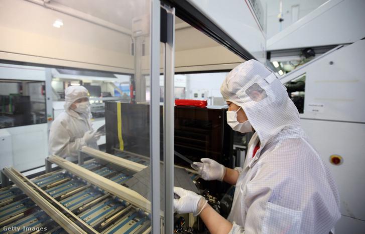 A kínai Trina Solar Ltd. napelem panel gyárában ellenőrzik a dolgozók a cellákat Csangcsou városában