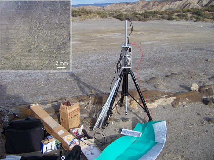 Az egyik furatlyuk felett a magyar műszer, balra fent egy példa az ekkor készült képekből. Megfigyelhetők a fúrás közel vízszintesen futó karcolásai, valamint a falra tapadt szemcsék.