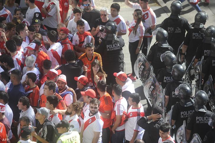 Rendőrök terelik a River Plate szurkolókat, miután elhalasztották a meccset