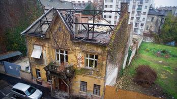 Lerombolják a házat, ami egyetlen slágerdarab bevételéből épült