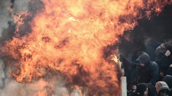 Molotov-koktélos támadással indítottak az AEK-szurkolók