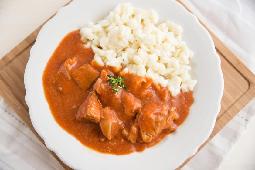 A sertéspörkölt igazi klasszikus, ami sűrű szafttal verhetetlen. Akkor lesz nagyon finom, ha nem spórolsz a hagymával. Vörösborral pedig még ízletesebbé teheted. Készíts mellé nokedlit is!