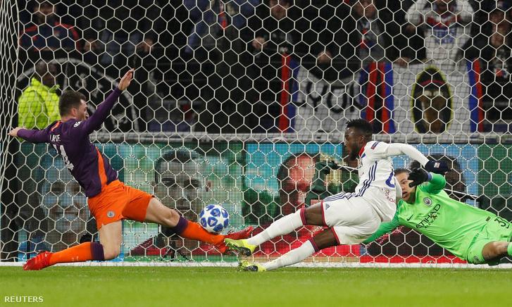 A Lyon játékosa, Maxwell Cornet helyzete a Mancherster City ellen