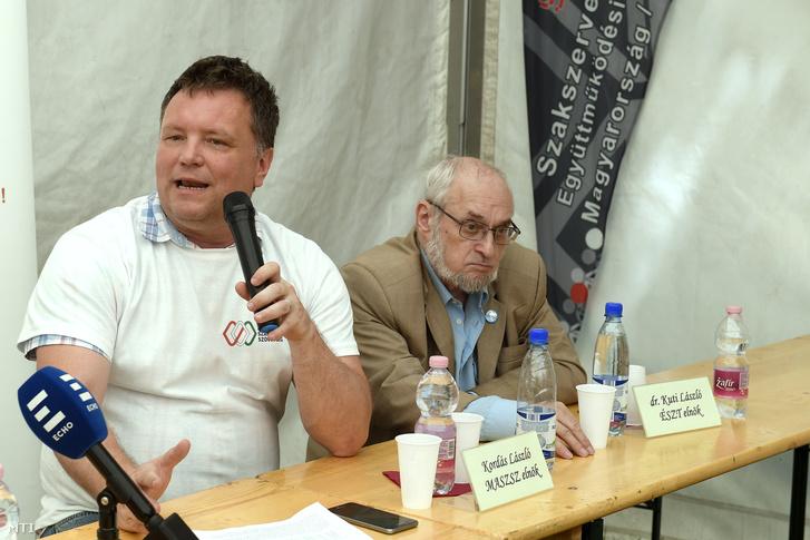 Kordás László, a szervezet elnöke (b) beszél a Magyar Szakszervezeti Szövetség május 1-jei rendezvényén