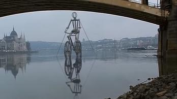 Egy Dunán bicikliző óriás hajt a Margit híd felé!