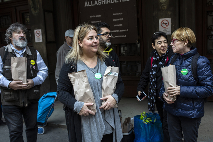 Túlélőcsomagokat osztanak a Segítség Közvetítők az egyik fővárosi rendelő előtt