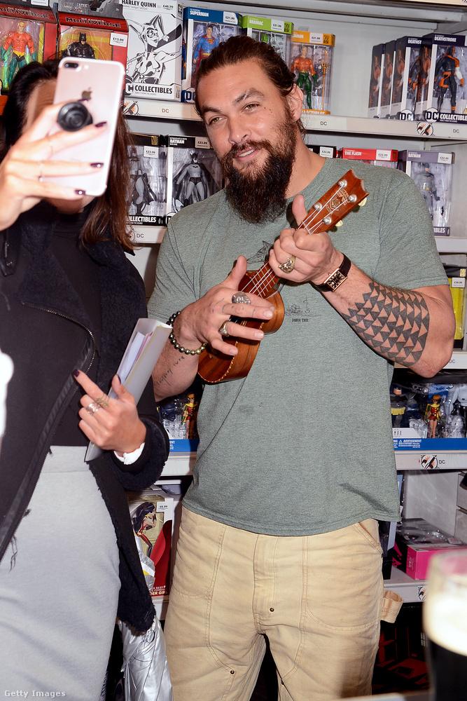 Ezen a képen például ukulelézett, ami nem lehetett nehéz feladat a számára, lévén, Hawaiiról származik, vagyis biztos látott már efféle hangszert közvetlen közelről