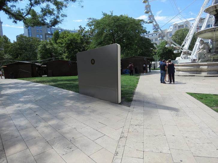Az installáció hátoldalán lenne a kamera, úgy nézne ki, mint egy földbe ásott mobiltelefon