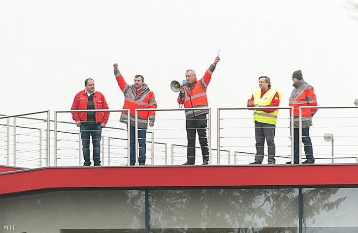 Németh Sándor, Audi Hungaria Független Szakszervezet (AHFSZ) elnöke beszédet mond az Audi Hungaria Zrt. egyik épületének tetején az (AHFSZ) kétórás figyelmeztető sztrájkja alatt 2017. január 26-án