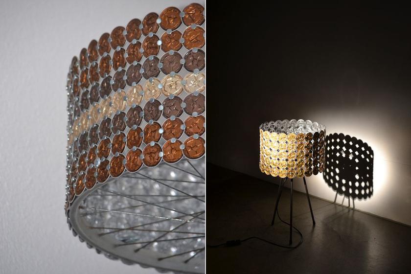 Egy egyszerű asztali lámpa fénye csodálatos mintákat rajzol a falra, ha készítesz hozzá egy egyedi burát összepréselt kávékapszulákból.