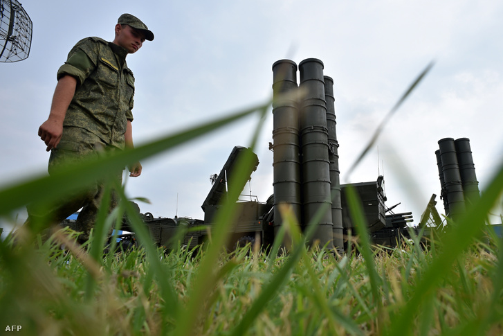 Orosz katona áll egy Sz-400-as rakétahordozó előtt Moszkva közelében 2014-ben.