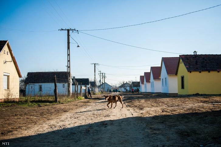 A Vályogvető Közfoglalkoztatási Program keretében felépült új házak Gilvánfán 2013. december 12-én.