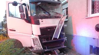 Lyukat ütött egy épületben egy kamion Marcaliban