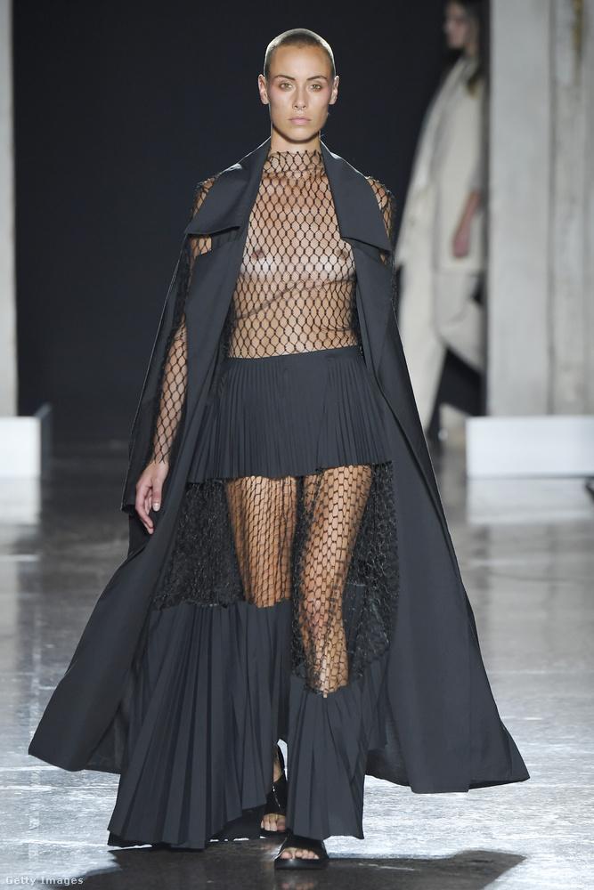 A Calcaterra viszont a BDSM világát idézi meg ezzel a szigorúan fekete szettel és rövid hajú modellel.