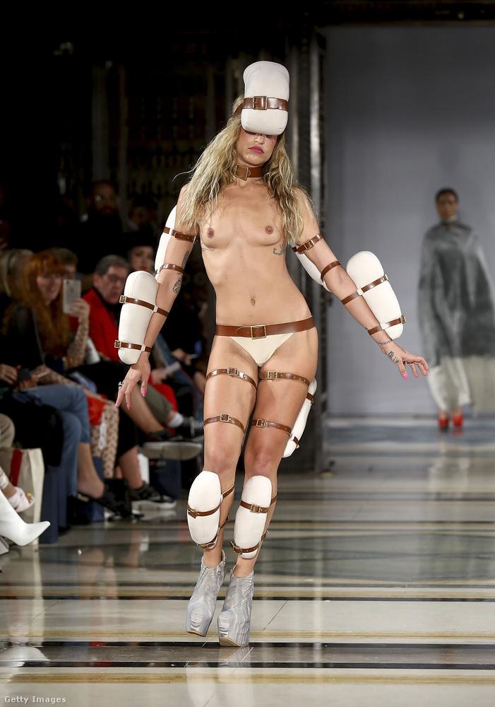 Pam Hogg idén szeptemberi, londoni divatbemutatóját egy heti trendben is szemléztük, mert annyira extrém szetteket tartalmazott, mint például ez itt