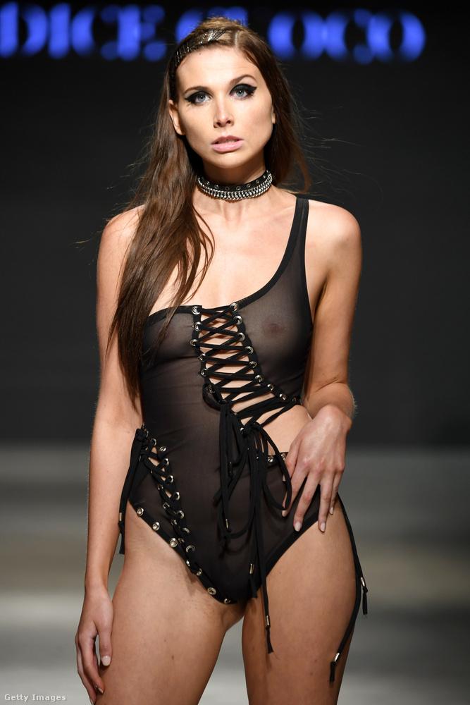Van egy olyan fürdőruhás bemutatósorozat, hogy Miami Swim Week (értelemszerűen Floridában), és ez a divathét durván kilóg a többi, a különlegességekre kihegyezett rendezvény közül azzal, hogy itt kifejezetten a szó hagyományos értelmében véve szexi nők vonulnak a kifutón, egyértelműen dögösnek és izgatónak szánt, a testet alig-alig takaró szettekben