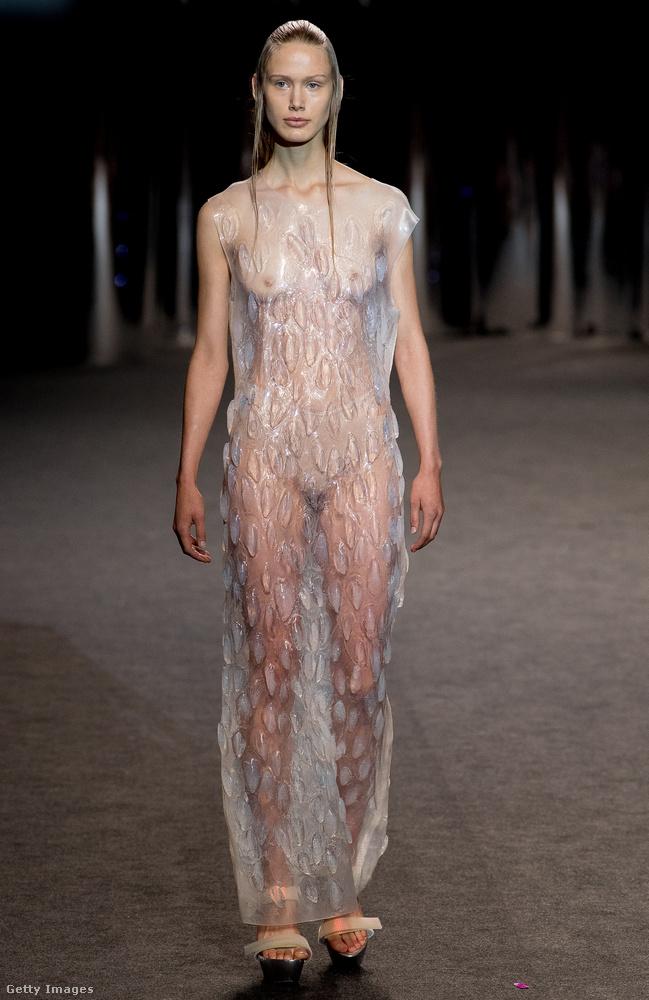 Egy nagyon hasonló modell vonult fel egy héttel később Madrid divathetén Zap Buj bemutatóján