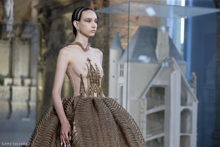 Guo Pei kreációja szintén egy haute couture-szett, egy olyan ruha, amit nemhogy a hétköznapokban, de még különleges alkalmakkor sem igazán lehet viselni