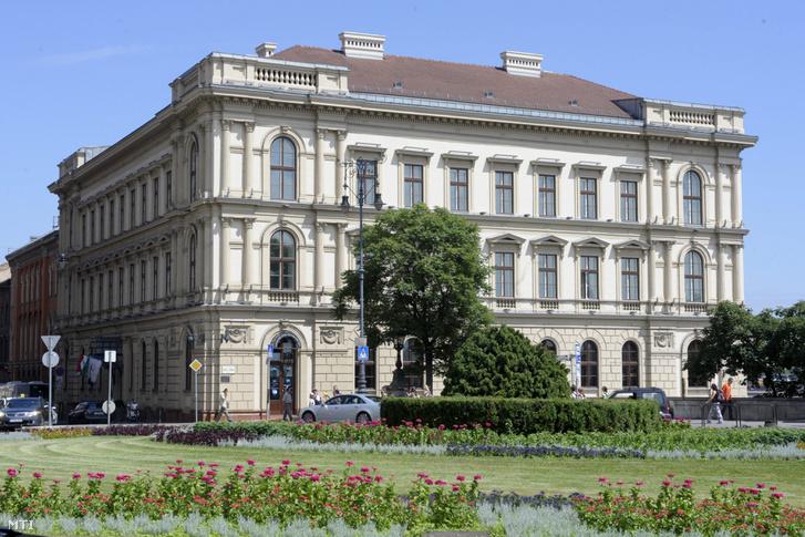 A Lánchíd Palota Budapesten, a Clark Ádám téren 2010-ben