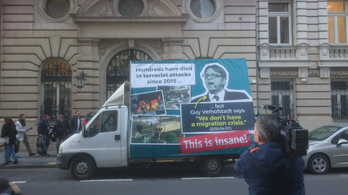 Válaszplakáttal vág vissza a kormány az orbánozós poszterre