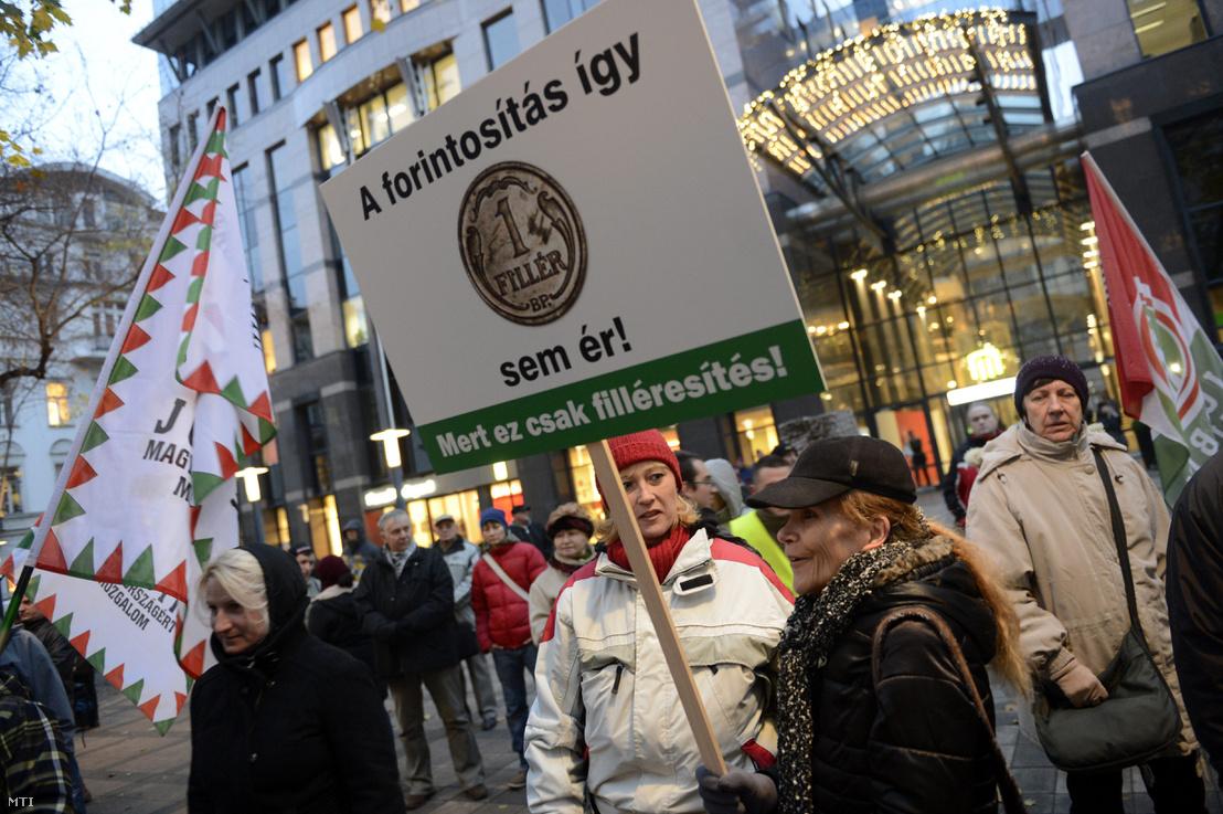 Résztvevők a tüntetésen, amelyet a Jobbik a fair bankokról és forintosításról szóló törvények elfogadása miatt tartott Budapesten, a Szabadság téren 2014. november 28-án.