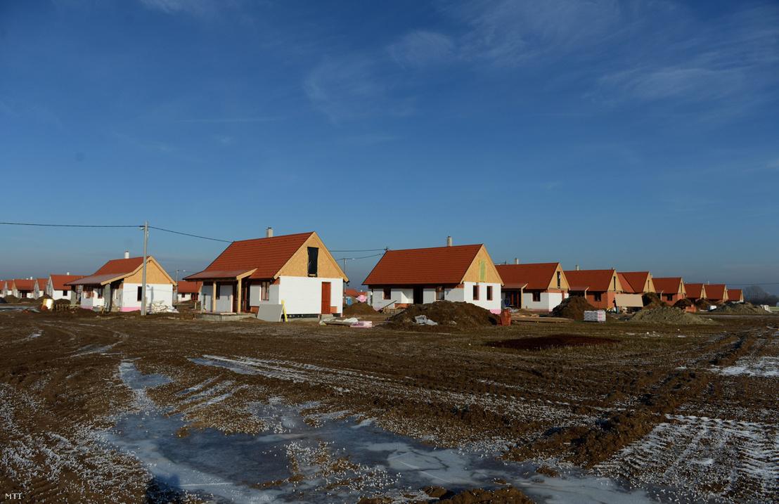 Lakóházak az ócsai szociális családiház-építési program építkezésén 2013. január 3-án.