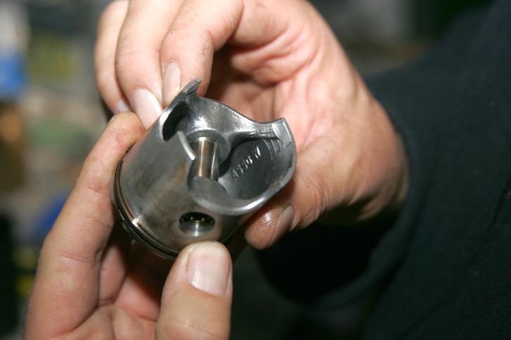 Asso W felirat a dugattyú belsejében, megnyugtató a tudat, ha egy Asso Werke dugattyú dolgozik egy robogóban