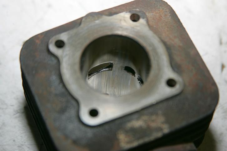Fúrás után a csatornák éleit le kell csapni 45 fokos szögben kb. egy milliméteren, hogy ne akadjon be a dugattyúgyűrű. Ezt általában nem csinálják meg fúrásnál, ezt aztán tűreszelővel vagy dremellel a szerelő dolga, és nagy hiba elfelejteni