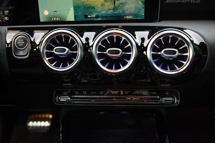 Az AMG üzemmód automatikusan kék háttérfényt ad