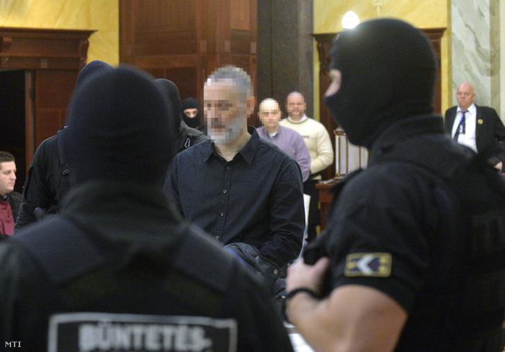 K. Árpád elsőrendű vádlottat vezetik elő a romák sérelmére elkövetett sorozatgyilkosságok harmadfokú büntetőperének tárgyalására a Kúria dísztermében 2016. január 12-én