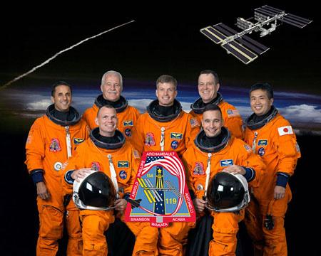 Hátsó sor, balról jobbra: Joseph Acaba, John Phillips, Steve Swanson, Richard Arnold, Koicsi Vakata. Elöl balról jobbra: Tony Antonelli pilóta és Lee Archambault parancsnok. Forrás: NASA
