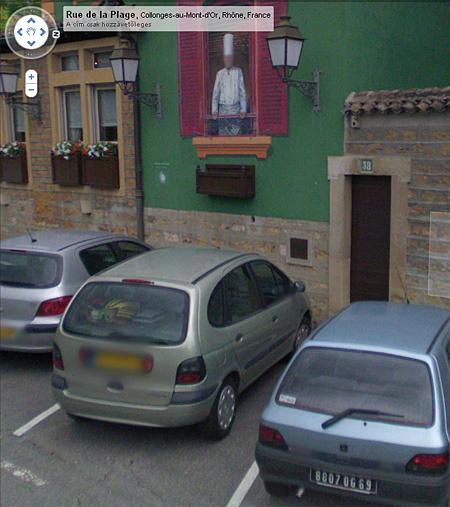 Két hiba egyetlen Street View-képen: az automatikus eljárás nem maszatolja el a régi típusú, fekete alapon fehér betűs francia rendszámot, viszont elmaszatolja a Paul Bocuse Lyon melletti éttermének falára festett szakács arcát.