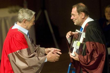 Soros György, a CEU alapítója és Javier Solana, a NATO volt főtitkára