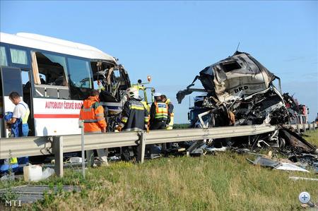 Az autóbuszon két vezető és 50 fő, köztük mozgássérültek utaztak.