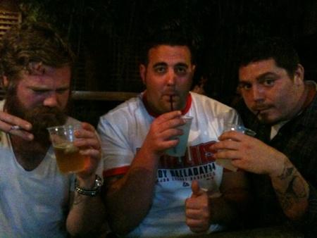 Ryan Dunn utolsó képe: Dunn a bal sarokban cigizik és iszik