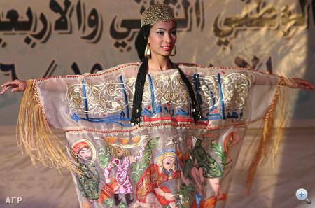 Egy hagyománytisztelő ruha az Iraki Médianap divatbemutatóján Bagdadban