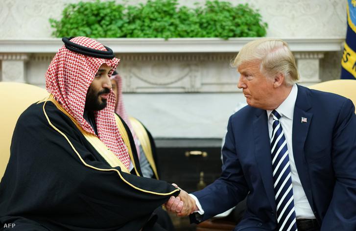 Donald Trump és a szaudi koronaherceg Mohammed bin Salman kezet fog a Fehér Házban 2018. március 20-án