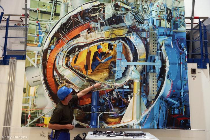 Dolgozó magyarázza a Wendelstein 7-X reaktor építését a Max Planck Plazmafizikai Intézetben 2013. október 29-én