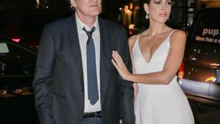 Quentin Tarantino feleségül vette 20 évvel fiatalabb barátnőjét