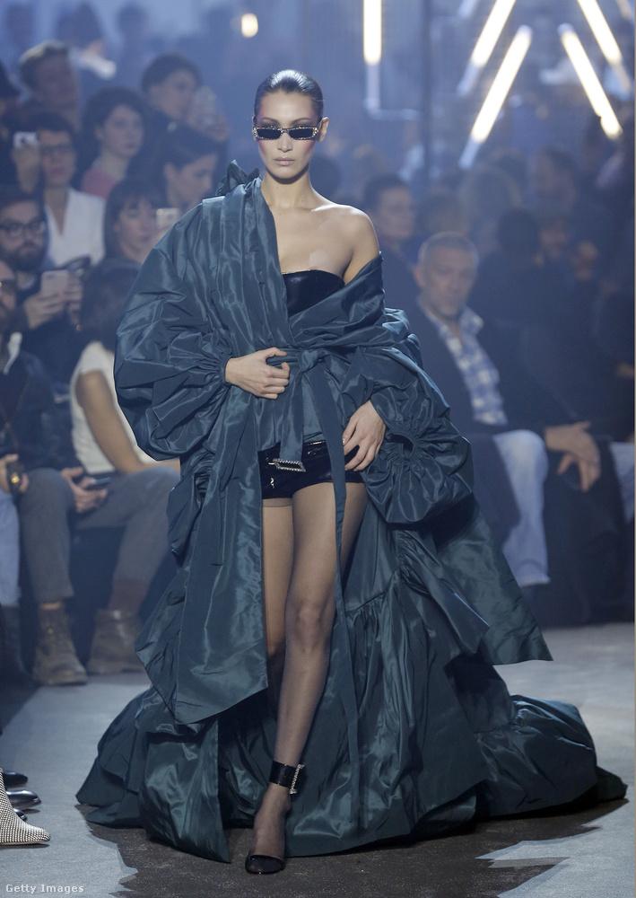 Bella Hadidtól pedig ezt a ruhabalesethez vezető, januári haute couture-pillanatot választottuk az igazán bőséges 2018-as felhozatalból.