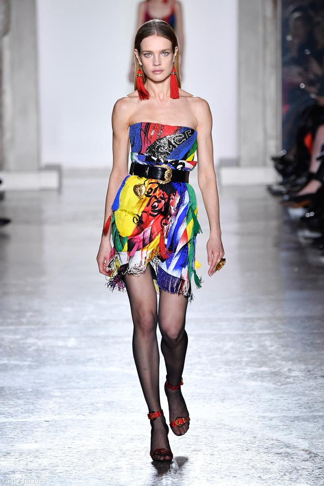 Natalia Vodianova is lassan húsz éve modellkedik már, de ha a Versace sztárokat szeretne a kifutóra, akkor őt is felhívja.