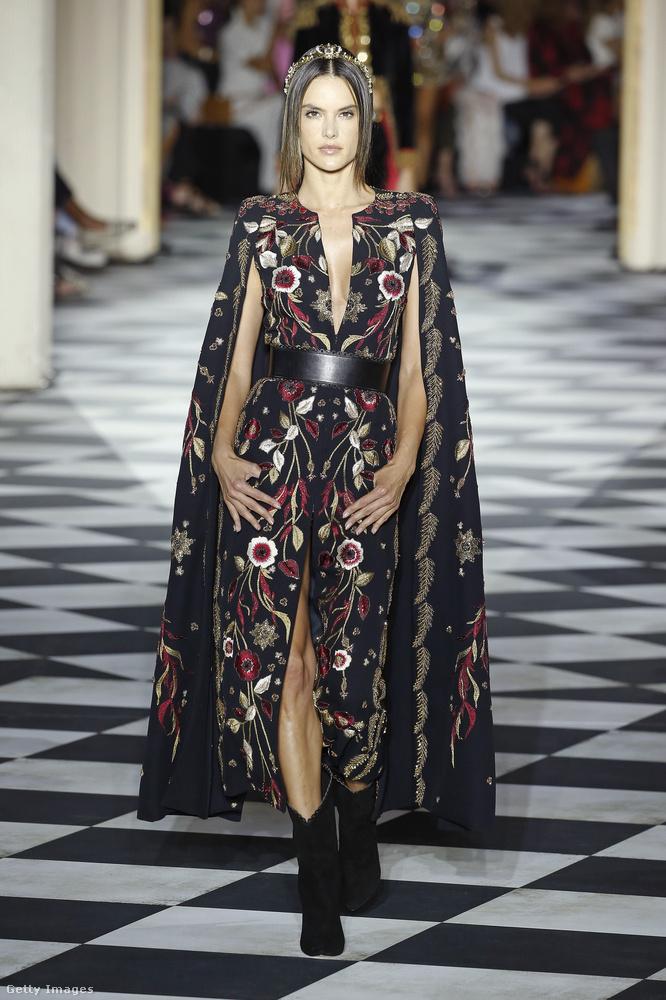 De 2018-ban már szerencsére nem csak a huszonéveseké a (divat)világ! Alessandra Ambrosio például 37 éves, és továbbra is keresett sztárnak számít, ez a kép júliusban készült róla, amint éppen Zuhair Murad egyik haute couture-kreációját mutatta be Párizsban.