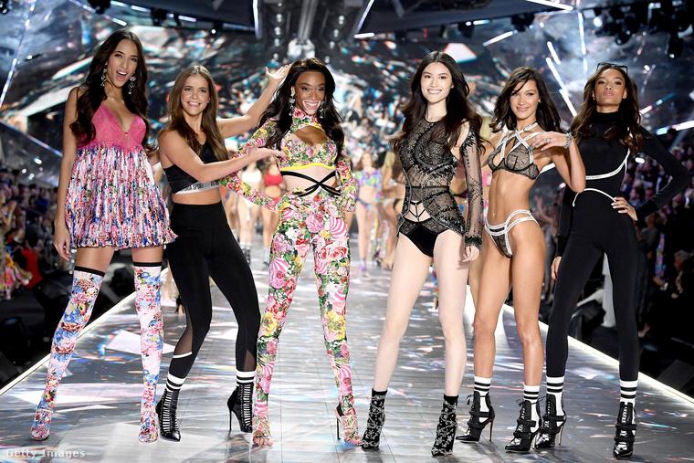 Ebben a lapozgatóban az év legfontosabb, leghíresebb modelljeinek legemlékezetesebb pillanatait mutatjuk meg, és mi mással kezdhettük volna, mint ezzel a fotóval, ahol Palvin Barbara a Victoria's Secret sztárjai között bohóckodik a fináléban.