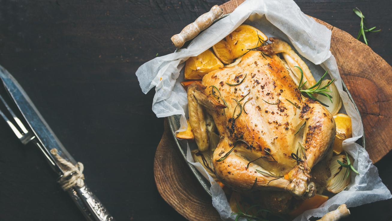Egészben sült, narancsos, rozmaringos csirke: így lesz omlós, és fényes, ropogós a bőre