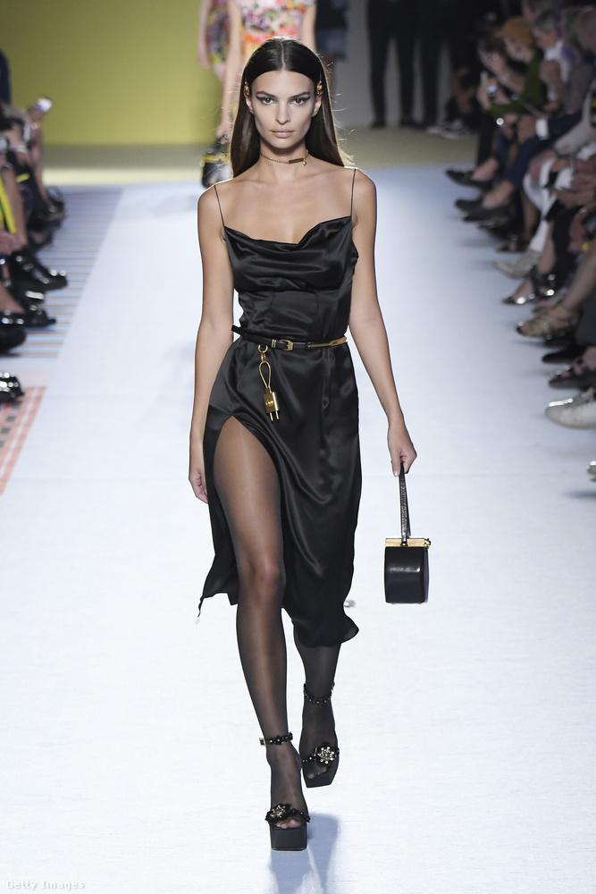 Emily Ratajkowski is az év legkeresettebb modelljei közé számít, igaz, őt kifutón relatíve ritkán látni, de azért szeptemberben a Versacét csak elvállalta