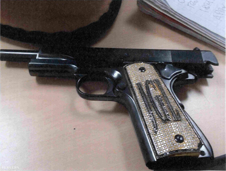 Zambada állítása szerint a gyémánttal kirakott pisztoly Joaquín Guzmán mexikói drogbáróé, amelyről ezt a bizonyítékfotót mutatták be a bíróságon, New York-ban 2018. november 19-én