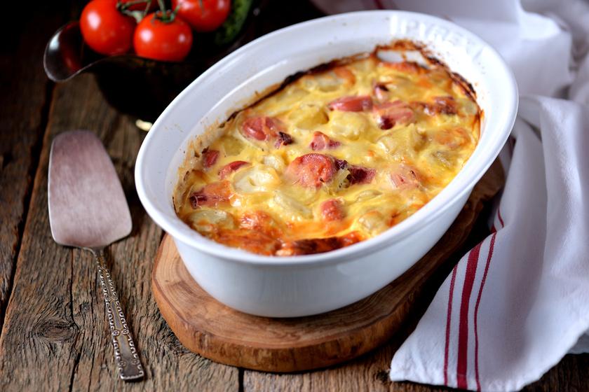 Kolbászos krumpli tejfölös szószban sütve, sok sajttal a tetején - Nem szárad ki sütés közben
