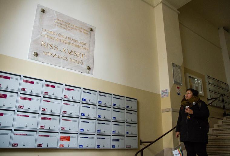 A Népszínház utca 22-es számú épületének kék ajtaja mögött élt és alkotott a zsidó származású Kiss József a Nyugat előfutárának, a Hét című folyóiratnak az alapító szerkesztője.