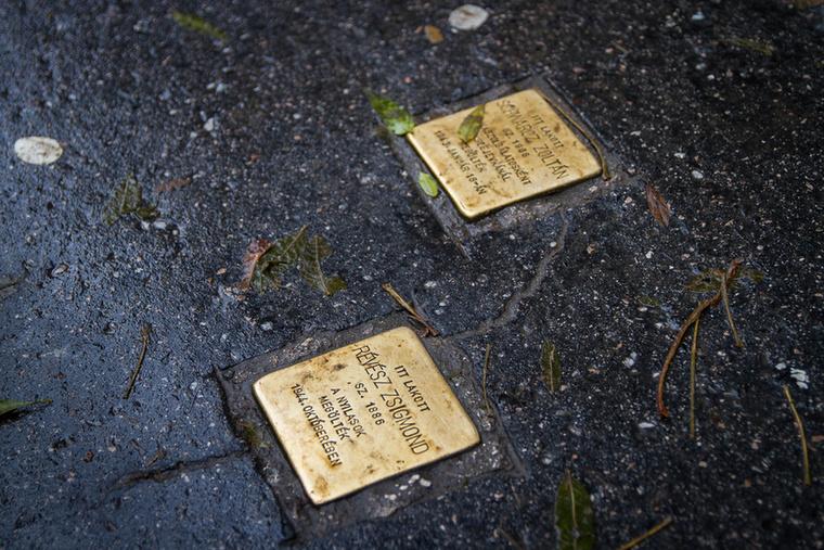 A Nagy Fuvaros utca 18-as számú épülete előtt botlatókövek adóznak a nemzetiszocializmus áldozatainak